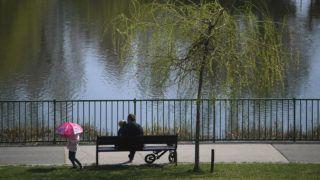 Budapest, 2018. április 9.Egy férfi gyermekeivel a X. kerületi Újhegyi Parkban 2018. április 9-én. Az Országos Meteorológiai Szolgálat országos, középtávú előrejelzése szerint sok napsütés és 20 fok körüli meleg várható a héten.MTI Fotó: Kovács Tamás
