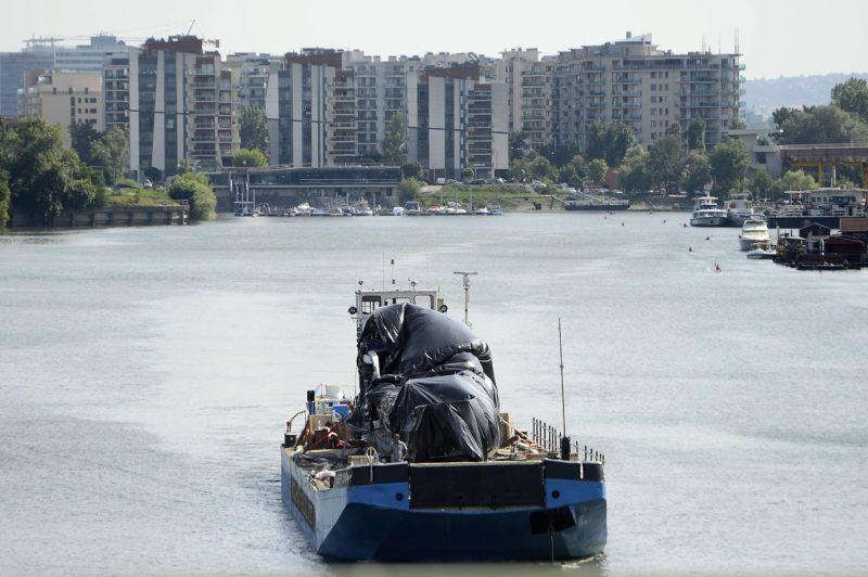 Budapest, 2019. június 13. A Botond nevû tolóhajó és a balesetben elsüllyedt Hableány turistahajó roncsát szállító uszály az Újpesti-öbölben 2019. június 13-án. A BRFK munkatársai huszonhat órán át vizsgálták a csepeli kikötõben a Dunából június 11-én kiemelt hajót, amely május 29-én süllyedt el a Margit hídnál, miután összeütközött a Viking Sigyn szállodahajóval. A Hableány fedélzetén 35-en utaztak, 33 dél-koreai állampolgár és a kéttagú magyar személyzet. Hét embert sikerült kimenteni, hét dél-koreai állampolgár holttestét pedig még aznap megtalálták. Továbbra is a Duna teljes déli szakaszán, az összes bevethetõ hajóval, valamint parti egységekkel megerõsítve folytatják a hiányzó három ember keresését. MTI/Kovács Tamás