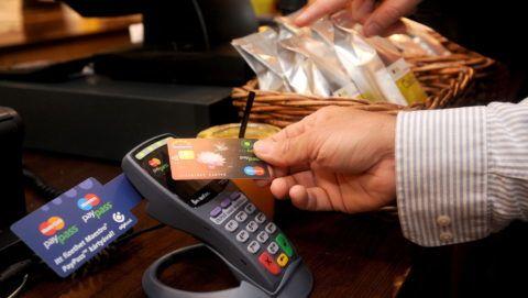 Budapest, 2009. szeptember 24. Egy budapesti vendéglátó egységben sajtótájékoztatón mutatták be a technológiát. Az OTP Bank a MasterCarddal együttmûködésben elsõként alkalmazza Magyarországon a PayPass érintésnélküli bankkártyás rendszert. Az innovatív kártyatechnológiát a MasterCard 2002-ben vezette be, amely gyors és biztonságos alternatívát nyújt a kisösszegû készpénzes vásárlások helyettesítésére. MTI Fotó: Földi Imre
