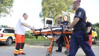 Biatorbágy, 2019. június 17. Hordágyon tolják mentõk és rendõrök azt a férfit, aki a gyanú szerint meggyilkolta húgát Biatorbágyon 2019. június 17-én. A gyanú szerint a 20 éves férfi délelõtt egy biatorbágyi házban olyan súlyosan bántalmazta 18 éves húgát, hogy a fiatal nõ életét vesztette. A Készenléti Rendõrség munkatársai lovas polgárõrök segítségével a bûncselekmény helyszíntõl nem messze, egy búzatáblában elrejtõzve találták meg a gyanúsítottat. MTI/Mihádák Zoltán