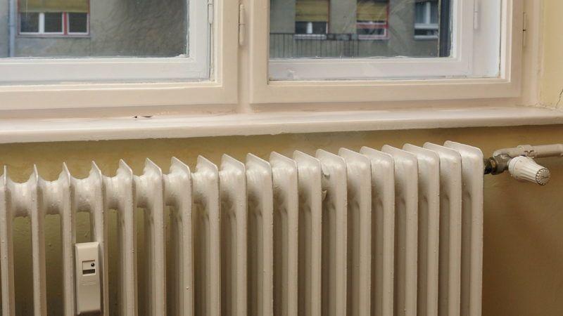Budapest, 2009. november 27. Egy hõmennyiségmérõ és egy hõszabályozó Budapesten, az I. kerület Attila u. 25. szám alatti ház egyik lakásának radiátorán, amikor a Fõtáv ÖKOPlusz program keretében korszerûsített épületben sajtótájékoztatót tartanak. MTI Fotó: Kovács Attila