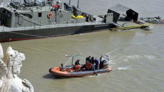 Budapest, 2019. május 31. A Margit hídnál hajóbalesetben elsüllyedt Hableány turistahajó kiemelésén dolgozó kutatócsónakon szonárral dolgoznak 2019. június 1-jén. A Hableány turistahajó és a Viking Sigyn szállodahajó május 29-én éjszaka ütközött össze a Margit híd közelében, majd a turistahajó felborult és elsüllyedt fedélzetén 33 dél-koreai turistával és a kéttagú magyar személyzettel. A balesetben heten meghaltak, hét embert kimentettek, 21-en eltûntek. MTI/Kovács Attila