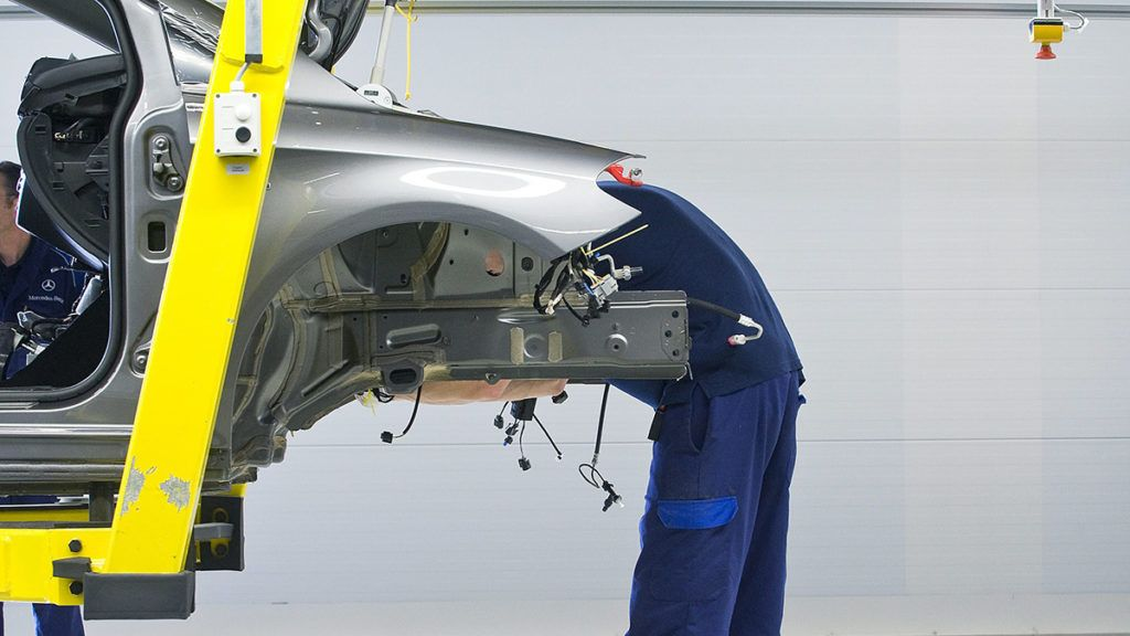 Kecskemét, 2012. május 17.Munkatársak dolgoznak a Mercedes-Benz Manufacturing Hungary Kft. kecskeméti gyárának szerelősorán, ahol a B-osztályú Mercedes személyautókat gyártanak.MTI Fotó: Ujvári Sándor
