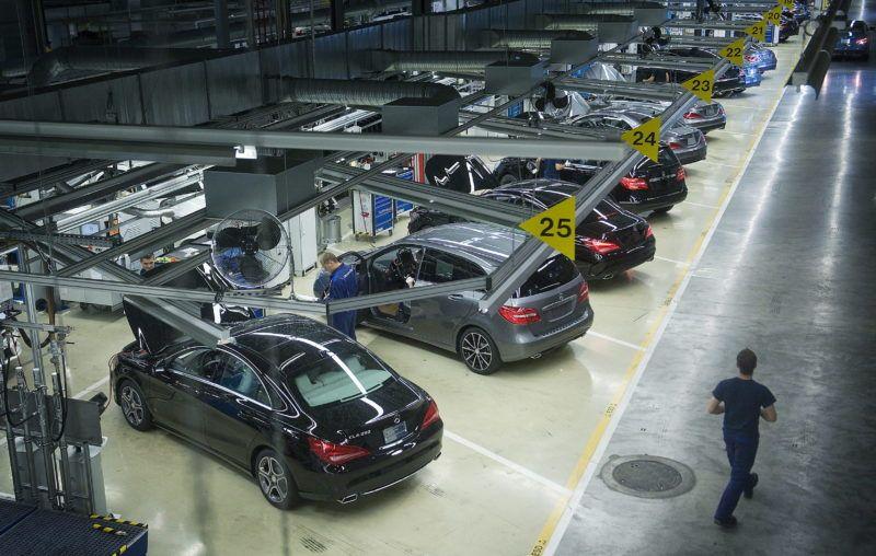 Kecskemét, 2013. szeptember 30. Minõségi ellenõrzésre felsorakozott autók a szerelõcsarnokban, a Mercedes-Benz kecskeméti gyárában 2013. szeptember 30-án. A Daimler AG másfél éve nyitotta meg gyárát Kecskeméten, ahol októbertõl a nagyközönség elõtt is megnyílnak az üzem kapui. A 18 hónap alatt több mint 100.000 Mercedes-Benz B-osztály, illetve CLA-modell gördült le a hazai gyártósorról. MTI Fotó: Ujvári Sándor
