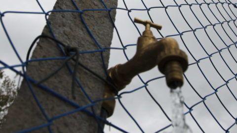 Balatonfenyves, 2014. szeptember 23. Vízcsap a Balatonfenyves-Imremajor ivóvízhálózat átemelõ telepének kerítésén az átadás napján, 2014. szeptember 23-án. MTI Fotó: Varga György