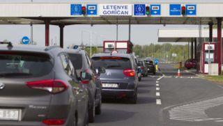 Letenye, 2017. április 7. Autósok várakoznak az úti okmányok ellenõrzésére a letenyei magyar-horvát határátkelõnél 2017. április 7-én. Egy ezen a naptól hatályos európai uniós rendelet nyomán az unióban szabad mozgási joggal rendelkezõ polgárok úti okmányait is ellenõrizni kell mind belépéskor, mind kilépéskor, és az õ adataikat is ellenõrizni kell a schengeni információs rendszerben. MTI Fotó: Varga György
