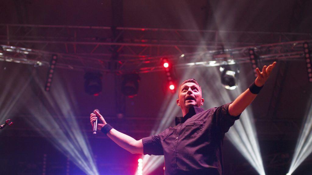 Nagykanizsa, 2018. szeptember 1. Kovács Ákos énekes az elsõ Ohmydeer fesztiválon Nagykanizsán a Csónakázó-tónál 2018. augusztus 31-én. A kétnapos fesztiválon közel 40 együttes lép fel. MTI Fotó: Varga György