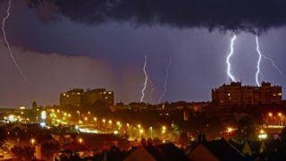 Nagykanizsa, 2019. június 2. Villámok cikáznak az égbolton Nagykanizsa felett 2019. június 1-jén éjjel. MTI/Varga György