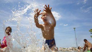 Balatonfenyves, 2019. június 10. Egy kisfiú játszik a vízben a balatonfenyvesi szabadstrandon 2019. június 10-én. MTI/Varga György