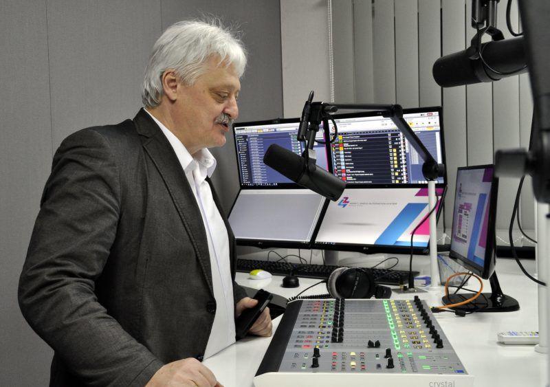 Budapest, 2016. február 15. Gajdics Ottó ügyvezetõ fõszerkesztõ beszél a Karc FM néven mûködõ új közösségi rádió elsõ adásnapján Budapesten, a Lurdy Házban 2016. február 15-én. A korábbi Gazdasági Rádió 105.9-es frekvenciáján sugárzó új rádió adásainak kétharmada közszolgálati jellegû lesz, amely fõleg a negyven év fölöttiekhez szól. MTI Fotó: Balaton József