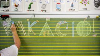 Salgótarján, 2019. június 14.Egy tanítónő a vakáció szót írja a táblára az utolsó tanítási napon a Salgótarjáni Általános Iskola és Kollégiumban 2019. június 14-én. Ezen a napon véget ér a 2018/19-es tanév és megkezdődik a közel két és fél hónapos nyári vakáció csaknem másfél millió általános és középiskolás diák számára.MTI/Komka Péter