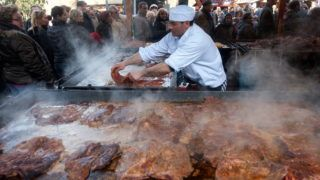 Budapest, 2011. február 5. Egy férfi húst süt a Városligetben megrendezett IV. Budapesti Mangalicafesztivál egyik standjánál. MTI Fotó: Koszticsák Szilárd
