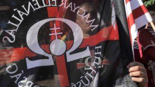 Csókakõ, 2012. június 16. Résztvevõk zászlókat tartanak, amikor felavatják az 1300 lelkes Fejér megyei településen, Csókakõn Horthy Miklós kormányzó elsõ köztéri mellszobrát. A csókakõi rendezvényt többek között a Hatvannégy Vármegye Ifjúsági Mozgalom, a Jobbik bodajki szervezete és a Magyar Nemzeti Gárda szervezte. MTI Fotó: Koszticsák Szilárd