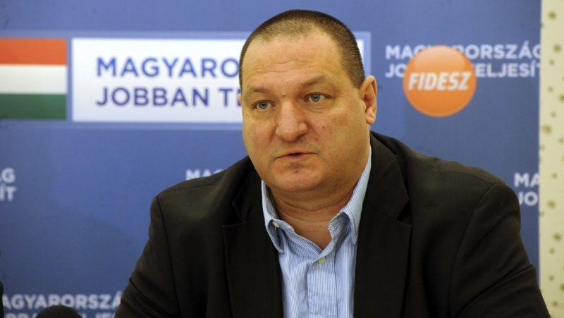 Pécs, 2014. február 11. Németh Szilárd, a Fidesz rezsicsökkentésért felelős munkacsoportjának vezetője sajtótájékoztatót tart a Védjük meg a rezsicsökkentést! elnevezésű pécsi lakossági lakossági fórum előtt 2014. február 11-én. MTI Fotó: Lendvai Péter