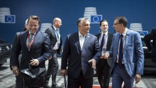 Brüsszel, 2019. június 20. A Miniszterelnöki Sajtóiroda által közreadott képen Orbán Viktor miniszterelnök (k) megérkezik a brüsszeli EU-csúcsra 2019. június 20-án. MTI/Miniszterelnöki Sajtóiroda/Szecsõdi Balázs