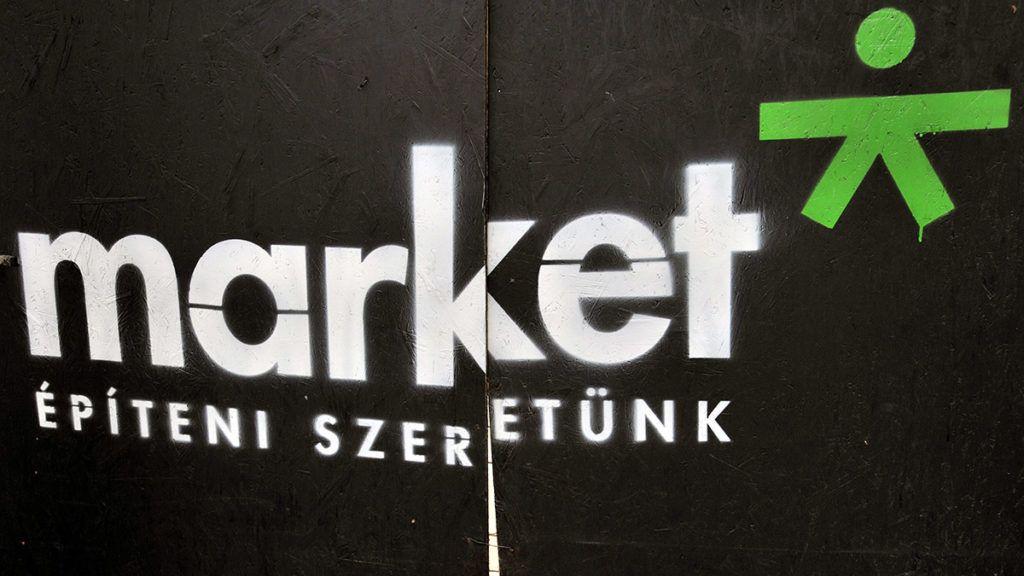 Budapest, 2012. november 7.A kivitelező Market Építő Zrt. logója és honlapcíme egy paravánon, amely az építési területet elzárja az épülő Budapest Music Centernél (BMC), a IX. kerület Mátyás utca és Imre utca sarkán álló, lakóházból átalakított épületnél 2012. november 7-én. A mintegy 2,5 milliárd forintos magánberuházáshoz a kormányzat 500 millió forinttal járul hozzá a rendkívüli kormányzati  intézkedésekre szolgáló keretből. A Market Építő Zrt. várhatóan jövő év márciusára fejezi be a munkát.MTI Fotó: Máthé Zoltán