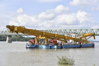 Budapest, 2019. június 5. A Clark Ádám hajódaru az északi vasúti összekötõ híd közelében 2019. június 5-én. A hajódaruval fogják kiemelni a Margit hídnál hajóbalesetben elsüllyedt Hableány turistahajót. A Hableány és a Viking Sigyn szállodahajó május 29-én késõ este ütközött össze a Margit híd közelében, a turistahajó felborult és elsüllyedt, fedélzetén 33 dél-koreai állampolgárral - turistákkal és két idegenvezetõvel -, valamint kéttagú magyar személyzettel. Hét embert a környezõ hajókon utazók kimentettek, hét dél-koreai állampolgár holttestét pedig még aznap megtalálták. Június 5-éig tizenhárom holttest került elõ. MTI/Máthé Zoltán