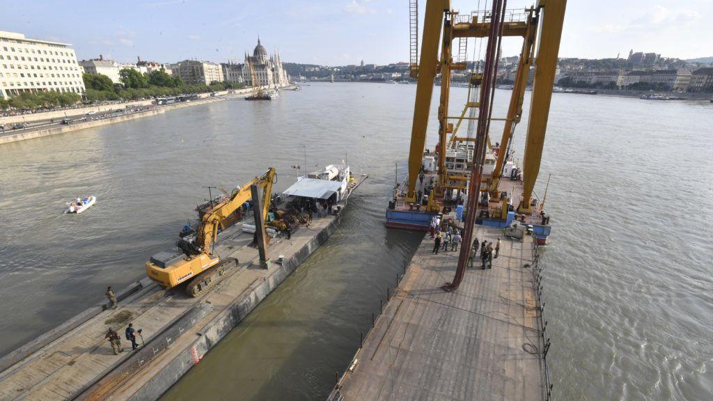 Budapest, 2019. június 10. A balesetben elsüllyedt Hableány turistahajó kiemelését készítik elõ a Clark Ádám úszódaru segítségével a Margit hídnál horgonyzó uszályokon 2019. június 10-én. A Hableány május 29-én süllyedt el a Margit hídnál, miután összeütközött a Viking Sigyn szállodahajóval. A fedélzeten 35-en utaztak, 33 dél-koreai állampolgár és a kéttagú magyar személyzet. Hét embert sikerült kimenteni, hét dél-koreai állampolgár holttestét pedig még aznap megtalálták. Azóta további tizenhárom áldozat, köztük a Hableány matrózának holttestét találták meg és azonosították. MTI/Máthé Zoltán