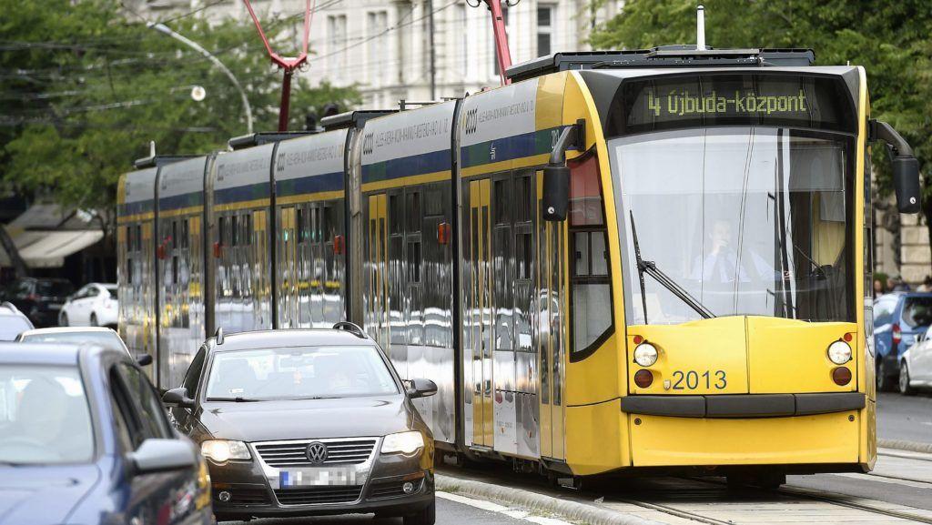 Budapest, 2017. szeptember 12. Combino villamos közlekedik a Nagykörúton 2017. szeptember 12-én. Forgalomba állt a hatodik, FUTÁR-rendszerrel és a biztonságosabb utazást elõsegítõ fedélzeti kamerarendszerrel felszerelt Combino villamos. Az eszközök telepítése folyamatos, várhatóan 2018 tavaszára mind a 40 forgalomban lévõ szerelvény megjelenik az utazástervezõben, és kamerával felszerelve közlekedik majd a Nagykörúton, illetve az 1-es villamos vonalán. MTI Fotó: Bruzák Noémi