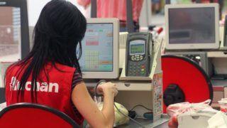 Miskolc, 2011. augusztus 10. Egy pénztáros dolgozik a miskolci Auchan áruházban. MTI Fotó: Vajda János
