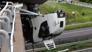 Mezõcsát, 2019. június 5. Kamion sofõrfülkéje lóg le az M3-as autópálya hídjáról Mezõcsát térségében, a Miskolc felé vezetõ oldalon 2019. június 5-én. MTI/Vajda János