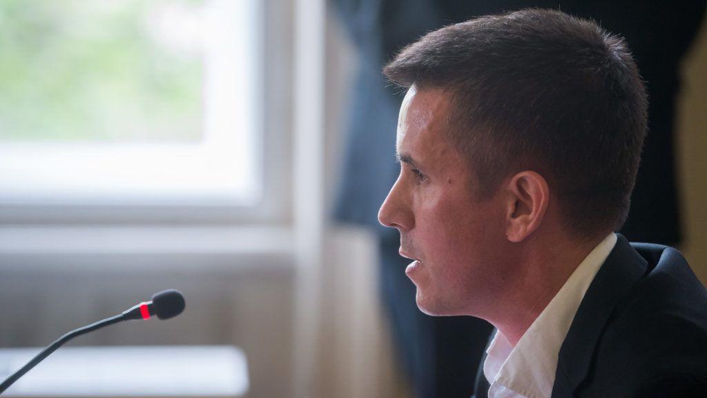 Budapest, 2019. május 7. Czeglédy Csaba (Éljen Szombathely!-MSZP-DK-Együtt) szombathelyi önkormányzati képviselõ, a Demokratikus Koalíció európai parlamenti (EP-) képviselõjelöltje a Nemzeti Választási Bizottság (NVB) ülésén a Nemzeti Választási Iroda (NVI) Alkotmány utcai székházában 2019. május 7-én. Az NVB nem függesztette fel Czeglédy Csaba mentelmi jogát. MTI/Balogh Zoltán
