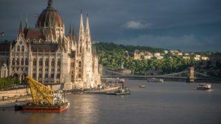 Budapest, 2019. május 30. Úszódaru a hajóbalesetben elsüllyedt Hableány turistahajó közelében, a Margit hídnál 2019. május 30-án. A Hableány turistahajó és a Viking Sigyn szállodahajó május 29-én éjszaka ütközött össze a Margit híd közelében, majd a turistahajó felborult és elsüllyedt fedélzetén 33 dél-koreai turistával és a kéttagú magyar személyzettel. A balesetben heten meghaltak, hét embert kimentettek, 21-en eltûntek. MTI/Balogh Zoltán