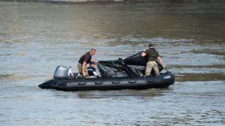 Budapest, 2019. június 5. A hajóroncsból felhozott holttestet takarják el a kutatási munkálatokat végzõ szakemberek a balesetben elsüllyedt Hableány turistahajó közelében, a Margit hídnál 2019. június 5-én. A Hableány és a Viking Sigyn szállodahajó május 29-én késõ este ütközött össze a Margit híd közelében, a turistahajó felborult és elsüllyedt, fedélzetén 33 dél-koreai állampolgárral - turistákkal és két idegenvezetõvel -, valamint kéttagú magyar személyzettel. Hét embert a környezõ hajókon utazók kimentettek, hét dél-koreai állampolgár holttestét pedig még aznap megtalálták. Június 5-éig tizenhárom holttest került elõ. MTI/Balogh Zoltán