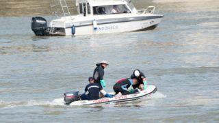 Budapest, 2019. június 5. A hajóroncsból felhozott holttestet viszik el motorcsónakkal a kutatási munkálatokat végzõ szakemberek a balesetben elsüllyedt Hableány turistahajó közelében, a Margit hídnál 2019. június 5-én. A Hableány és a Viking Sigyn szállodahajó május 29-én késõ este ütközött össze a Margit híd közelében, a turistahajó felborult és elsüllyedt, fedélzetén 33 dél-koreai állampolgárral - turistákkal és két idegenvezetõvel -, valamint kéttagú magyar személyzettel. Hét embert a környezõ hajókon utazók kimentettek, hét dél-koreai állampolgár holttestét pedig még aznap megtalálták. Június 5-éig tizenhárom holttest került elõ. MTI/Balogh Zoltán