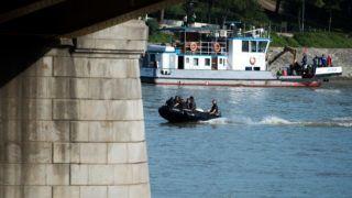 Budapest, 2019. június 5. A Terrorelhárítási Központ (TEK) munkatársai egy motorcsónakban a balesetben elsüllyedt Hableány turistahajó közelében, a Margit hídnál 2019. június 5-én. A Hableány és a Viking Sigyn szállodahajó május 29-én késõ este ütközött össze a Margit híd közelében, a turistahajó felborult és elsüllyedt, fedélzetén 33 dél-koreai állampolgárral - turistákkal és két idegenvezetõvel -, valamint kéttagú magyar személyzettel. Hét embert a környezõ hajókon utazók kimentettek, hét dél-koreai állampolgár holttestét pedig még aznap megtalálták. Június 5-éig tizenhárom holttest került elõ. MTI/Balogh Zoltán