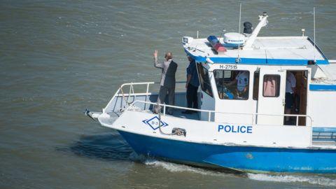 Budapest, 2019. június 11. Pintér Sándor belügyminiszter (elöl) távozik egy rendõrségi hajón, miután megtekintette a balesetben elsüllyedt Hableány turistahajó roncsának kiemelési munkálatait a Margit hídnál 2019. június 11-én. A Hableány május 29-én süllyedt el a Margit hídnál, miután összeütközött a Viking Sigyn szállodahajóval. A fedélzeten 35-en utaztak, 33 dél-koreai állampolgár és a kéttagú magyar személyzet. Hét embert sikerült kimenteni, hét dél-koreai állampolgár holttestét pedig még aznap megtalálták. MTI/Balogh Zoltán
