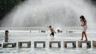 Debrecen, 2018. július 31. Gyerekek a szökõkútnál hûsítik magukat a hõségben a debreceni Vigadó téren 2018. július 31-én. A rendkívüli és tartós hõség miatt országosan életbe lépett a hõségriadó, a vörös kód. A napi középhõmérséklet helyenként a 27 Celsius-fokot is meghaladhatja, a legmagasabb hõmérséklet 35 Celsius-fok is lehet. MTI Fotó: Czeglédi Zsolt