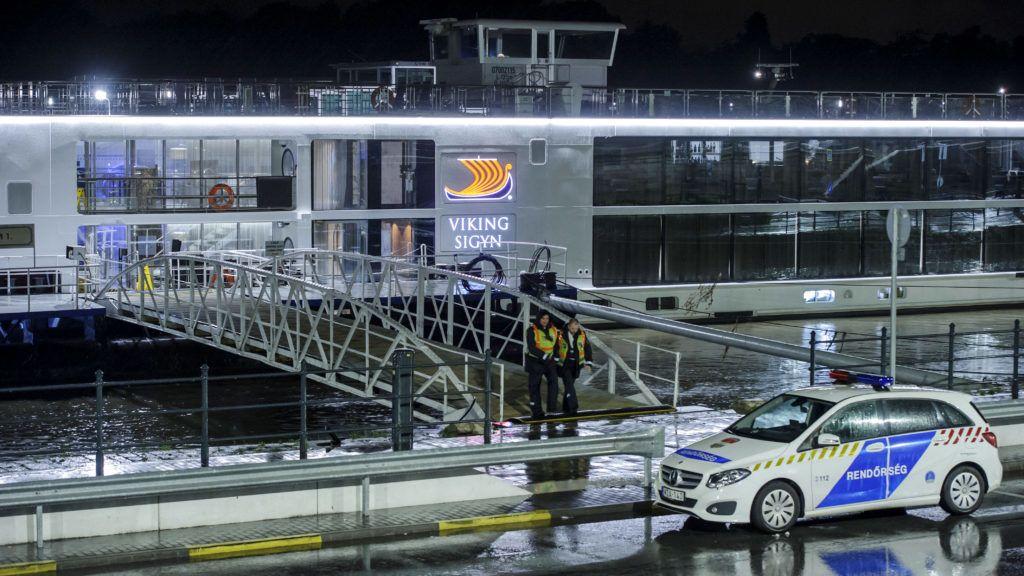 Budapest, 2019. május 30. Rendõrök helyszínelnek a Viking Sigyn szállodahajón a Duna Margit híd és Árpád híd közti szakaszán 2019. május 30-án. Heten meghaltak, amikor a luxushajó összeütközött a Hableány nevû turistahajóval a Parlament közelében 29-én éjszaka, majd a kishajó felborult és elsüllyedt 33 dél-koreai turistával és a kétfõs magyar személyzettel a fedélzetén. MTI/Lakatos Péter