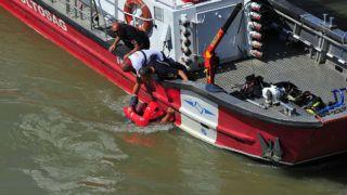 Budapest, 2019. június 11.Vízbe esett szakembert mentenek ki a Dunából a balesetben elsüllyedt Hableány turistahajó roncsának kiemelésekor a Margit hídnál 2019. június 11-én. A Hableány május 29-én süllyedt el a Margit hídnál, miután összeütközött a Viking Sigyn szállodahajóval. A fedélzeten 35-en utaztak, 33 dél-koreai állampolgár és a kéttagú magyar személyzet. Hét embert sikerült kimenteni, hét dél-koreai állampolgár holttestét pedig még aznap megtalálták.MTI/Lakatos Péter