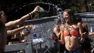 Budapest, 2018. augusztus 12. Fesztiválozók locsolják egymást a 26. Sziget fesztivál ötödik napján az óbudai Hajógyári-szigeten 2018. augusztus 12-én. MTI Fotó: Mónus Márton