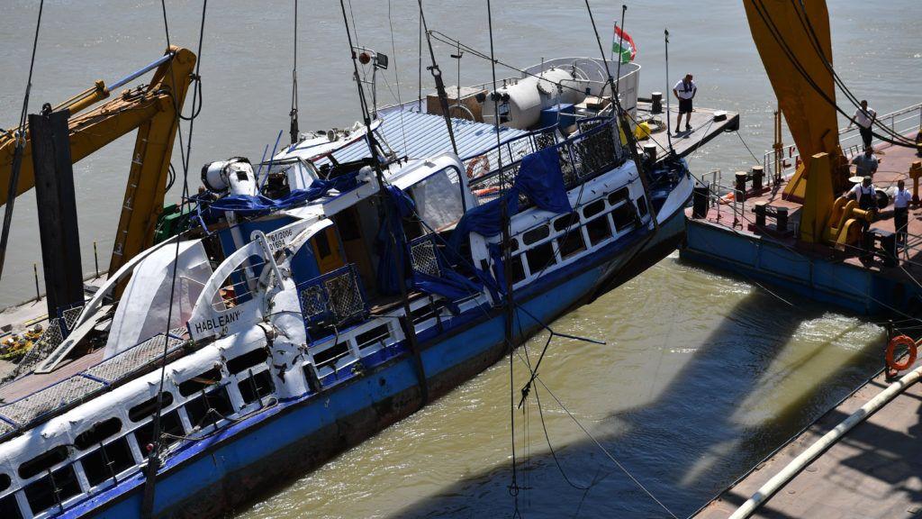 Budapest, 2019. június 11. A Clark Ádám úszódaru az elszállítást végzõ uszályra emeli a balesetben elsüllyedt Hableány turistahajó roncsát 2019. június 11-én. A Hableány május 29-én süllyedt el a Margit hídnál, miután összeütközött a Viking Sigyn szállodahajóval. A fedélzeten 35-en utaztak, 33 dél-koreai állampolgár és a kéttagú magyar személyzet. Hét embert sikerült kimenteni, hét dél-koreai állampolgár holttestét pedig még aznap megtalálták. MTI/Mónus Márton