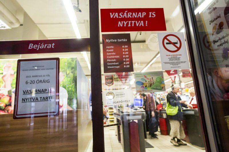 Budapest, 2015. március 22. Egy vasárnap is nyitva tartó CBA üzlet a Fény utcai piac bezárt boltjai között 2015. március 22-én. MTI Fotó: Mohai Balázs