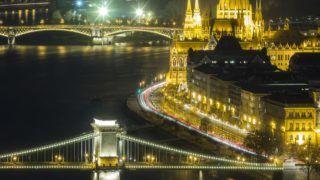Budapest, 2017. november 28. A Lánchíd, az Országház, az id. Antall József rakpart és a Margit híd esti díszkivilágításban 2017. november 28-án. MTI Fotó: Mohai Balázs