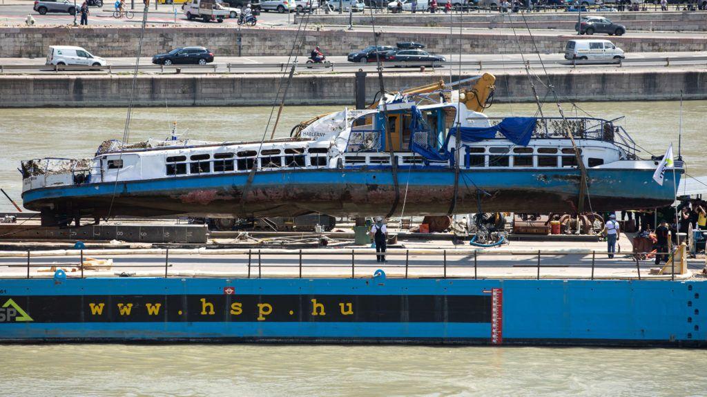 Budapest, 2019. június 11. A Clark Ádám úszódaru az elszállítást végzõ uszályra emeli a balesetben elsüllyedt Hableány turistahajó roncsát 2019. június 11-én. A Hableány május 29-én süllyedt el a Margit hídnál, miután összeütközött a Viking Sigyn szállodahajóval. A fedélzeten 35-en utaztak, 33 dél-koreai állampolgár és a kéttagú magyar személyzet. Hét embert sikerült kimenteni, hét dél-koreai állampolgár holttestét pedig még aznap megtalálták. MTI/Mohai Balázs