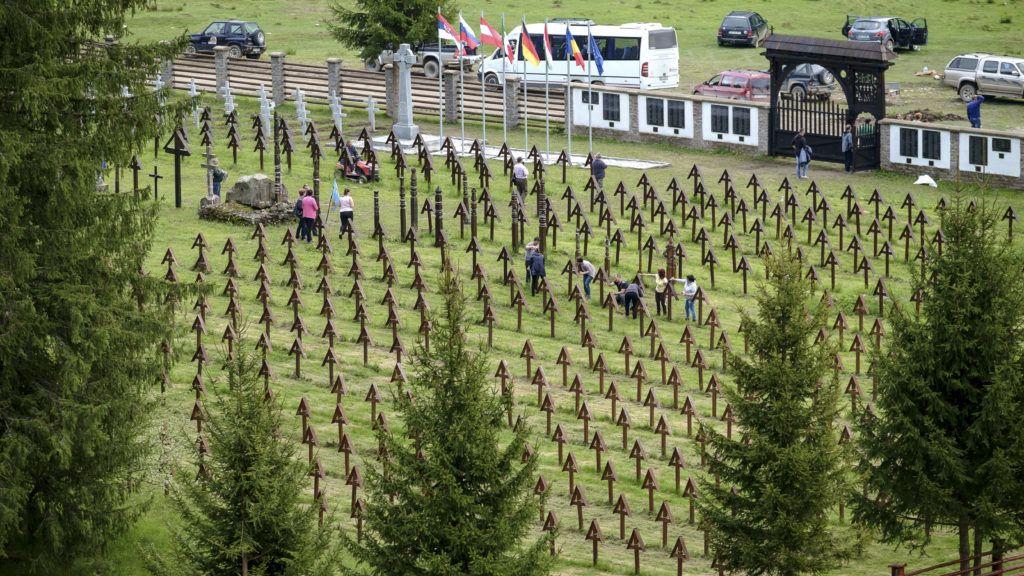 Úzvölgye, 2019. május 17. A csíkszentmártoni önkormányzat dolgozói karbantartást végeznek a Székelyföld határán fekvõ Úzvölgye átalakított magyar katonai temetõjében 2019. május 17-én. A Bákó megyei Dormánfalva (Darmanesti) önkormányzata román katonasírok parcelláját hozta létre a temetõben anélkül, hogy engedélyt kért volna a temetõt fenntartó és gondozó Csíkszentmárton önkormányzatától. A román hõsi emlékmûvet és sírokat május 17-én szerette volna felavatni a dormánfalvi önkormányzat, de az ünnepség a magyarok tiltakozása miatt elmaradt. MTI/Veres Nándor