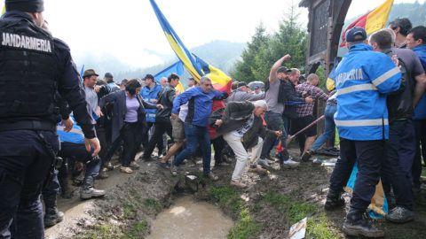 Úzvölgye, 2019. június 6.Román résztvevők, miután áttörték a csendőrsorfalat az úzvölgyi katonatemető bejáratánál, ahol ortodox szertartás keretében felszentelték törvénysértően létesített román emlékművet és parcellát 2019. június 6-án.MTI/Veres Nándor