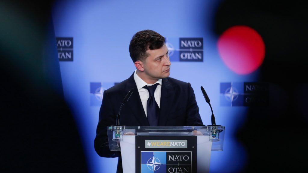 Brüsszel, 2019. június 4. Volodimir Zelenszkij ukrán elnök a Jens Stoltenberg NATO-fõtitkárral tartott megbeszélését követõ közös sajtóértekezletükön Brüsszelben 2019. június 4-én. Ez Zelenszkij elsõ hivatalos külföldi látogatása a május 20-i beiktatása óta. MTI/EPA/Stephanie Lecocq