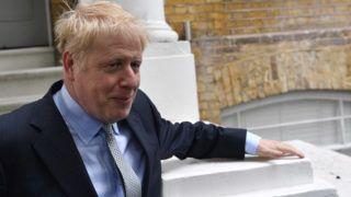London, 2019. június 13. A kormányzó brit Konzervatív Párt vezezõi tisztségéért induló Boris Johnson volt külügyminiszter, a keményvonalas tory Brexit-tábor frontembere távozik londoni otthonából 2019. június 13-án. A párt vezetõválasztási szavazássorozatának elsõ fordulójában Johnson kapta a legtöbb voksot. MTI/EPA/Neil Hall