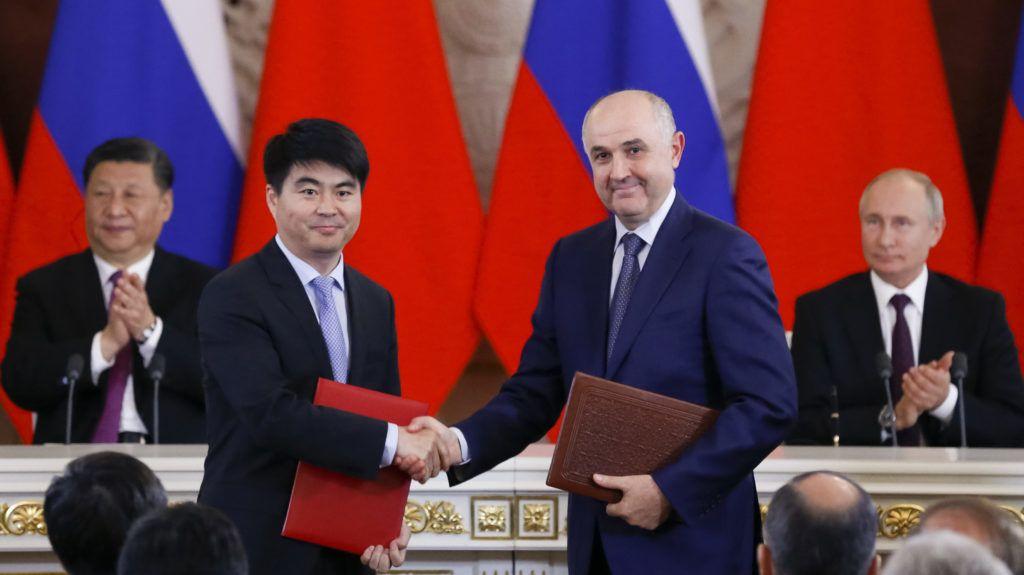 Moszkva, 2019. június 5. Kuo Ping, a Huawei kínai távközlési óriáscég igazgatótanácsának elnökhelyettese (az elõtérben, b) és Alekszej Kornya, a mobilhálózatot üzemeltetõ MTS orosz cég elnöke a háromnapos hivatalos látogatáson Oroszországban tartózkodó Hszi Csin-ping kínai államfõ (b) és Vlagyimir Putyin orosz elnök elõtt a moszkvai Kremlben 2019. június 5-én. MTI/AP pool/Alekszandr Zemljanyicsenko