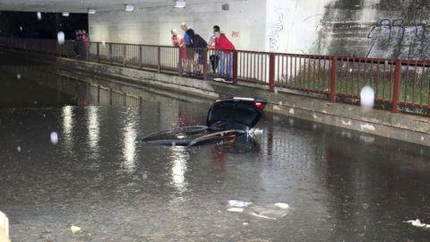 Szolnok, 2019. június 20.  Vízben elmerült autó Szolnokon, a Széchenyi körút elején lévõ aluljáróban 2019. június 19-én késõ este. Rövid idõ alatt egyhavi csapadékmennyiség hullott a városra, ami fennakadásokat okozott a közlekedésben. MTI/Mészáros János