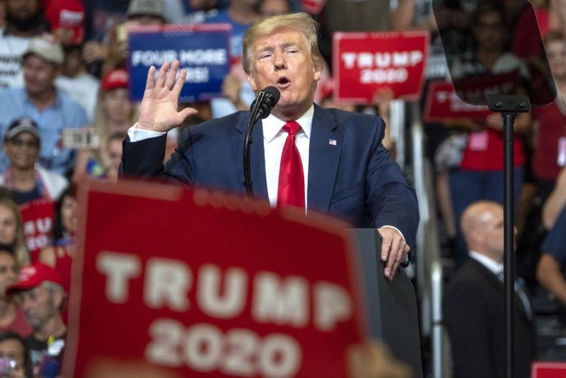 Orlando, 2019. június 19. Donald Trump amerikai elnök beszél a floridai Orlandóban tartott választási nagygyûlésén 2019. június 18-án. Trump bejelentette, hogy a 2020-as elnökválasztáson újraindul az elnökségért. MTI/EPA/Cristobal Herrera
