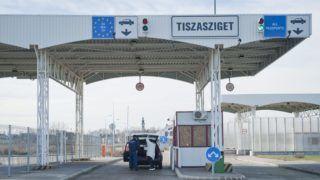 Tiszasziget, 2013. január 4. Ellenõrzés a tiszaszigeti határátkelõnél 2013. január 4-én, amikortól szerb és magyar állampolgárokon túl az Európai Unió állampolgárai, Svájc és az Európai Gazdasági Térség (EGT) tagállamainak állampolgárai is használhatják az átkelõt, továbbá azon harmadik országbeli hozzátartozóik, akik a rokoni kapcsolatot igazolni tudják. MTI Fotó: Rosta Tibor
