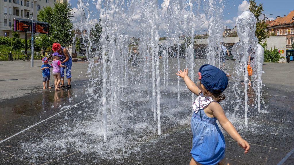 Budapest, 2018. július 30.A szökőkút közelében felfrissülést keresők a Széll Kálmán téren 2018. július 30-án. A rendkívüli és tartós hőség miatt országosan életbe lépett a hőségriadó, a vörös kód. A napi középhőmérséklet helyenként a 27 Celsius-fokot is meghaladhatja, a legmagasabb hőmérséklet 35 Celsius-fok is lehet.MTI Fotó: Szigetváry Zsolt