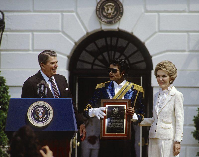 Ronald Reagan, Nancy Reagan Žs Michael Jackson 1984-ben. Fot—: Mark Reinstein/Corbis/ Getty Images)