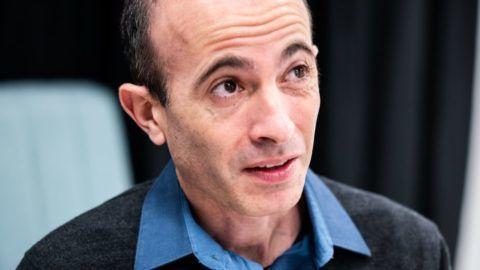 Ezért tett engedményeket Harari az orosz cenzúrának